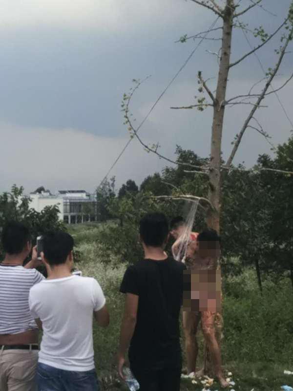 """9月28日,大理市崇圣寺三塔景区外在进行""""裸体闹婚""""。  本文图片均来自网友微言大理"""