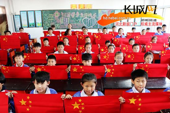 广平小学生手工制作国旗喜迎祖国华诞