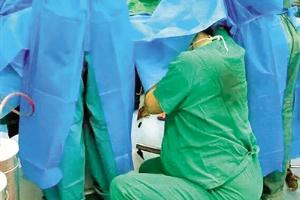 7个月身孕护士跪地托举半小时 术后累瘫地上