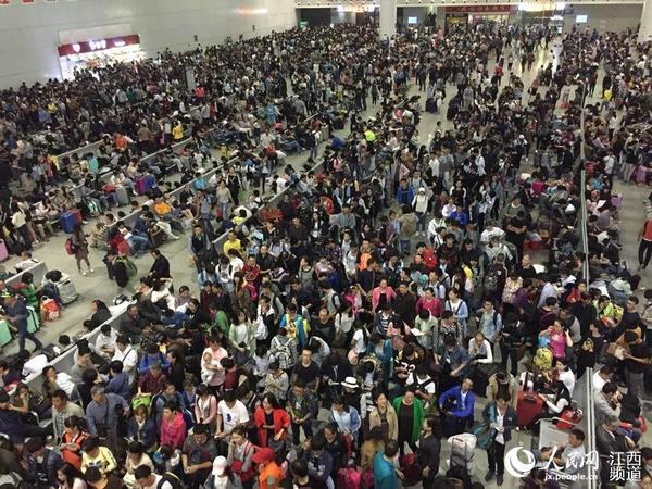 人民网南昌10月1日电 (时雨)随着国庆假期的到来,9月30日下午起南昌火车站出现集中出行的探亲、学生、旅游客流。当晚,本网在车站候车室看到,候车室内人山人海,不过新建的宽敞候车室让乘客们并未感觉到拥挤。
