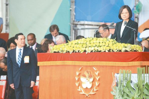 """蔡英文上台发表""""双十""""谈话,马英九起身目视。(图片来源:台湾《联合报》)"""