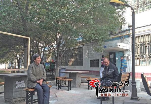 乌鲁木齐市两个老旧小区安了24把新座椅