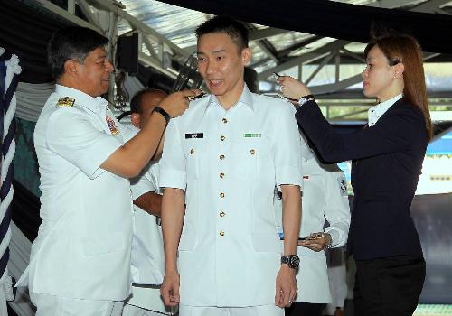 李宗伟封海军中校 李宗伟获封海军中校 穿帅气白色海军制服授军衔