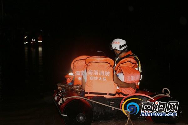 消防官兵在事发现场展开救援。 通讯员 王超摄