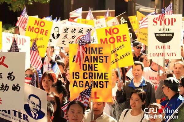 费城游行队伍抗议YG煽动抢劫华裔的嘻哈歌曲(陈彩秋供图)