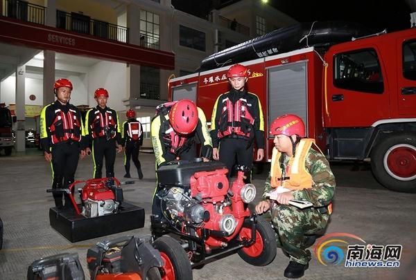10月17日晚,三亚市公安消防支队迅速集结救援力量,做好跨区域增援准备工作。通讯员 符耀祥 摄