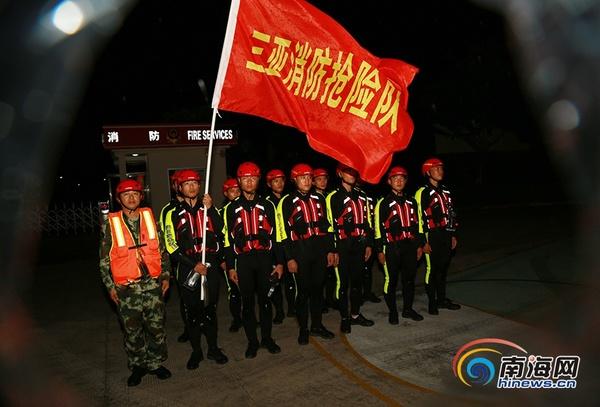 10月17日晚,三亚市公安消防支队迅速集结救援力量,做好跨区域增援准备工作。通讯员符耀祥摄
