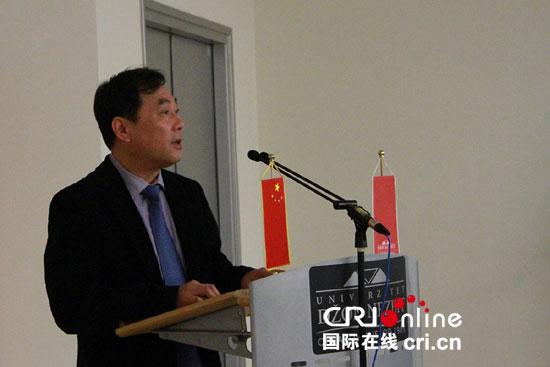 中国驻塞使馆文化参赞徐鸿在图片展开幕式上致辞