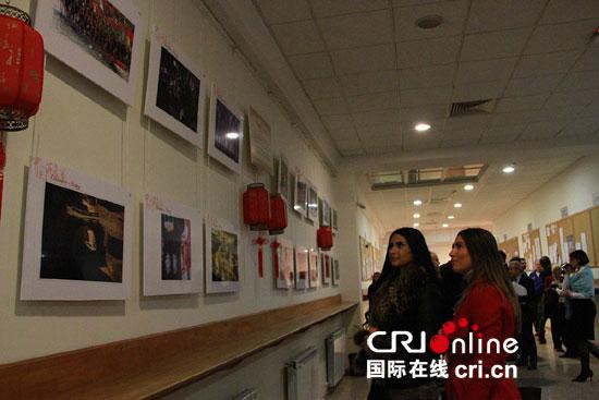 """来宾参观""""中国故事2016""""图片展"""