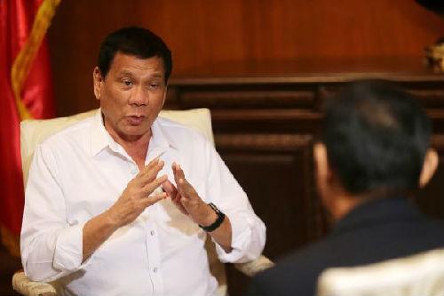 10月13日,在菲律宾马尼拉,菲律宾总统杜特尔特(左)接受新华社记者专访。 新华社发