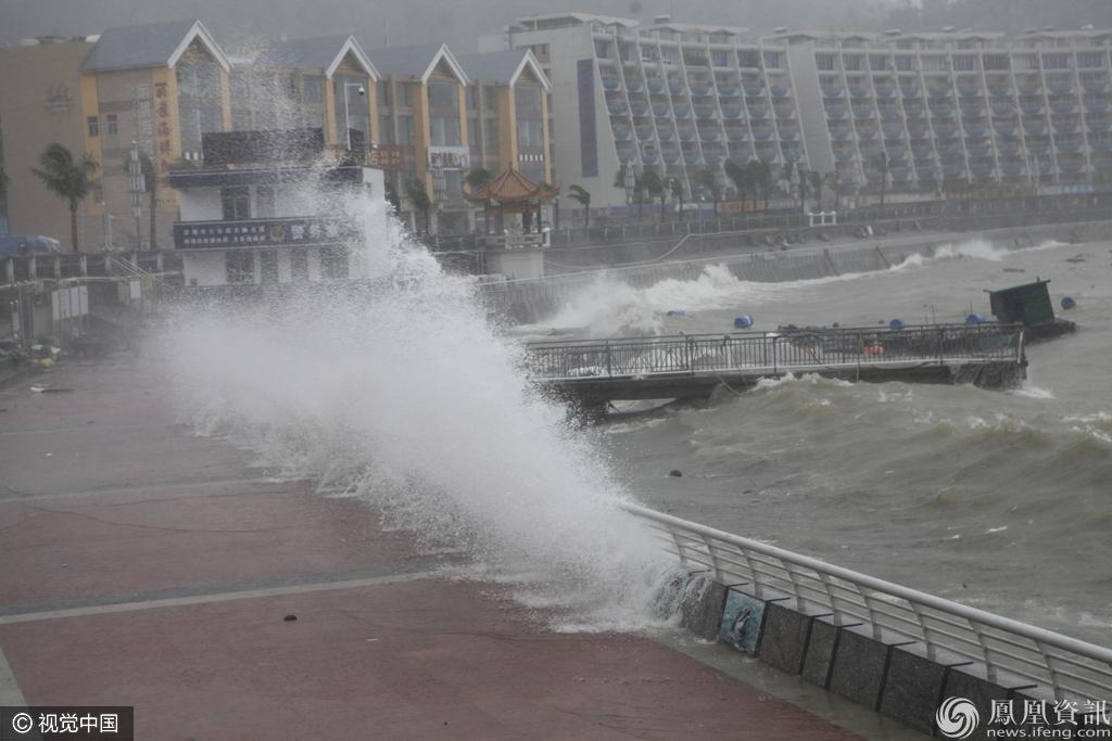 深圳 台风 海马 来袭岸边掀巨浪 市民冒风雨 追风