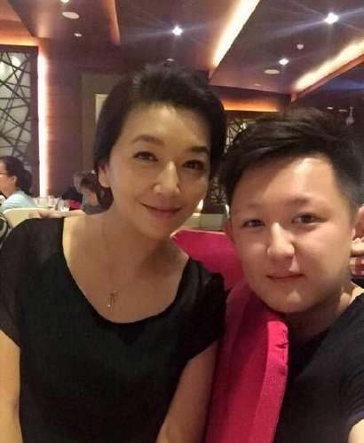 50岁江珊全家近照 离异后至今单身 19岁女儿像极了母亲