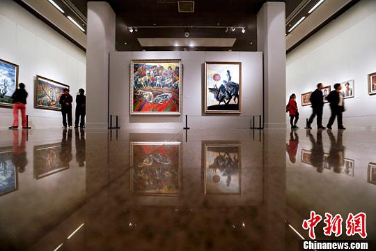 分为姚钟华油画作品,水粉画作品,水墨、重彩、漫画作品共三大部分