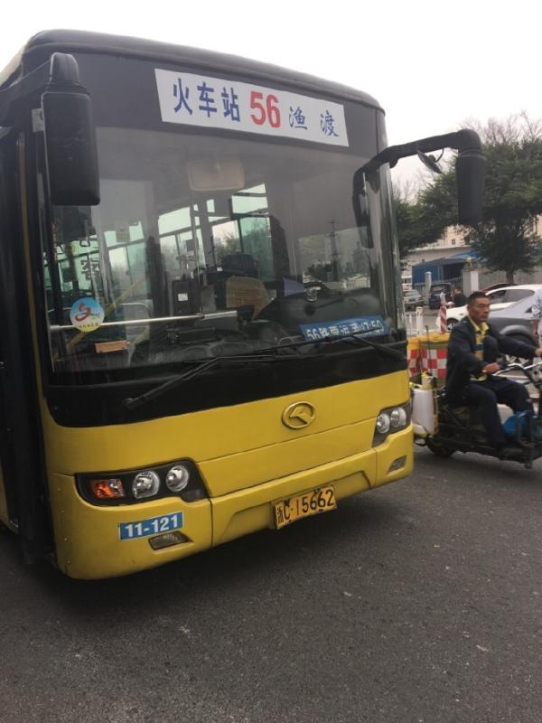 10月26日,浙江温州市两辆公交车发生碰撞事故,所幸现场没有人员受伤。据当时车上乘客称,2名司机事发前曾发生争吵。 据温州都市报10月27日报道,网友@彭琦_Menuir26日在微博上发消息称,早上8时10分许,市区三维桥附近,56路公交车司机故意踩油门加速撞上前车61路公交车。后车之所以会做出这样的举动,是因为两司机之前发生过争吵,他开的是赌气车。 该网友向温州都市报记者称,事发前,她在市区劳务市场附近乘坐56路公交车。当公交车行驶至东屿站点附近时,司机与61路司机不知为何事发生了争吵。我不是
