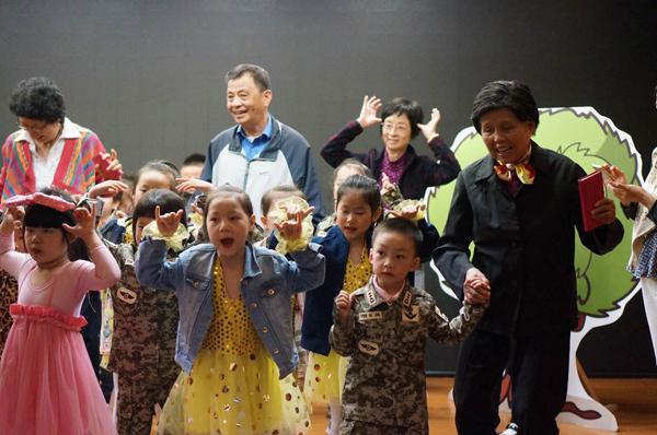 上海一幼儿园组织孩子走进老年大学