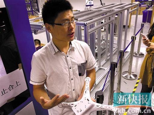 ■俞春华在介绍公司的工业机器人生产线。