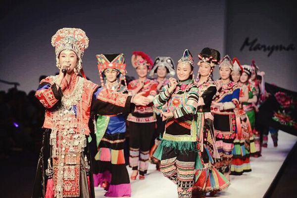 云南楚雄彝族特色服装展示发布会在北京召开_凤凰资讯