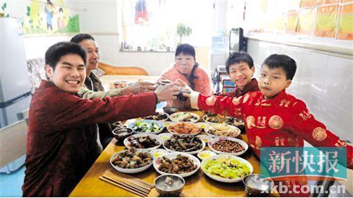 ■模拟家庭吃年饭。