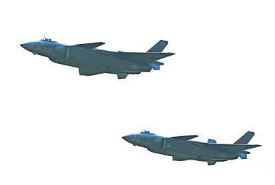喷涂中国人民解放军空军军徽的两架歼-20战斗机编队飞过,这是中国自主