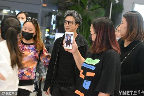 薛之谦酷炫白发机场获迷妹跟拍 一身黑衣不减帅气