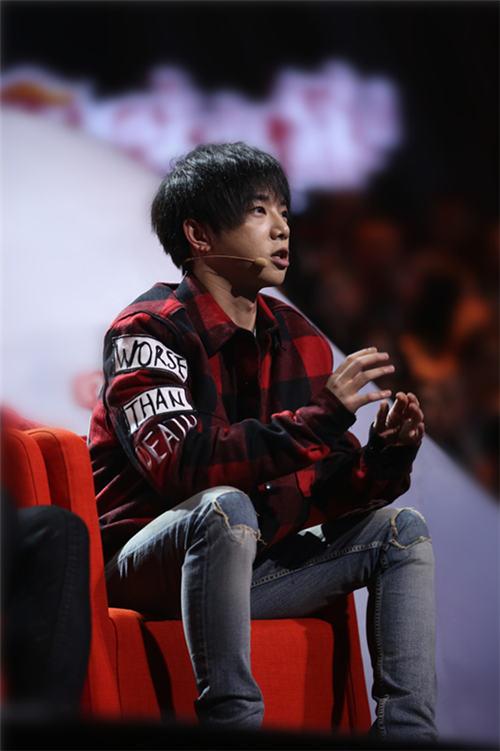 华晨宇在台下点评选手