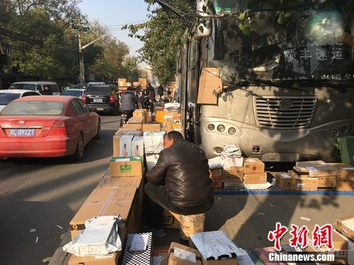 双11后,中国传媒大学外的快递占满了人行道。汤琪摄