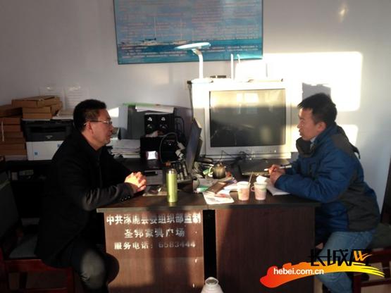 采访驻村工作组第一书记李永来。李浈 摄