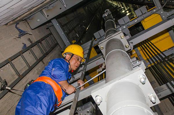 上海三菱电梯有限公司电梯安装工俞建民 上海中心:创新工艺让整体工期缩短18个月 上海中心大厦的建筑高度达到632米,这座中国第一高楼共有114台升降电梯,在电梯安装业创造了四项世界之最:一是满速运行达到每秒20.5米,为世界最高速电梯;二是满速运行达到每秒10米,为世界最高速双轿厢电梯;三是用钢丝绳牵引,以每秒8米速度提升至579.