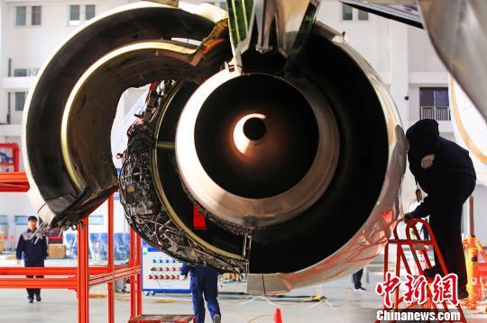 维护飞机发动机. 李风