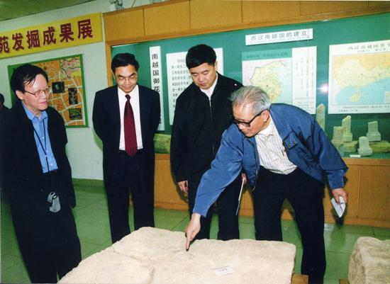 图右一为麦英豪,他不仅在考古研究方面奉献极大,还为广州文化遗产保护事业的发展培养一大批年轻的业务骨干。