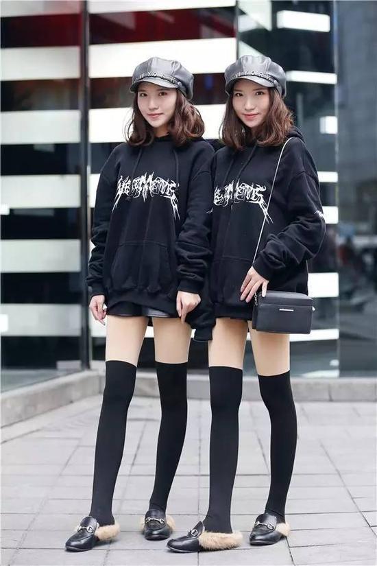 双胞胎姐妹从头到脚都一样