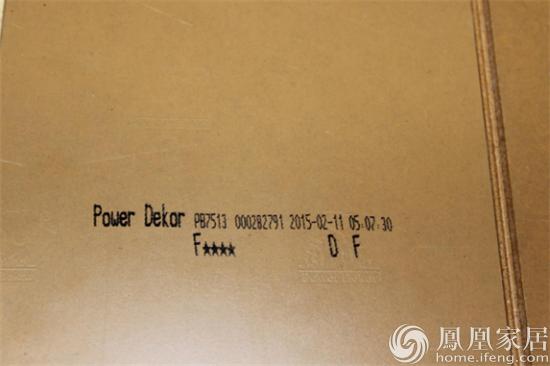 防伪标识。市场上木地板品种繁多,而品质则良莠不齐。因此,保障消费者合法权益购买到正品产品也是企业在产品生产时应该考虑到的问题。圣象地板的每一块地板产品背面均印有其品牌logo的钢印及出厂时间等基本信息,以证明其身份。 编者小结:经测评,这款圣象月牙泉强化木地板外观清新淡雅,在各种性能上也都有很好的表现。如果喜欢田园风格的浪漫和自然,月牙泉将会让你的居住空间更加悠然自得。 (实习编辑:小范)