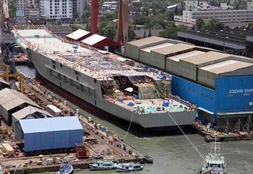 """资料图:2013年8月12日,印度第一艘国产航母""""维克兰特""""号在印度南部港口科钦下水。"""