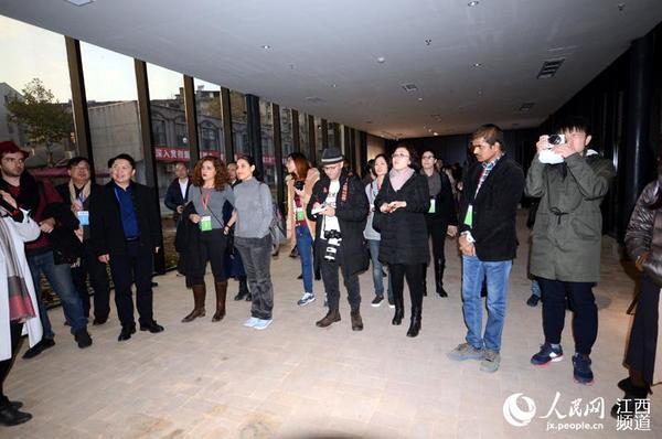 外媒记者在景德镇陶溪川采风,感受千年瓷都文化底蕴和传承创新。