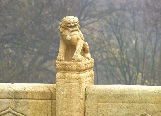 桥上的石狮。 图片来源于网络