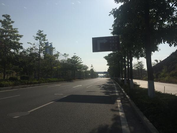 广东情侣骑摩托车未戴头盔遭协警狂追,撞绿化带致一死一伤