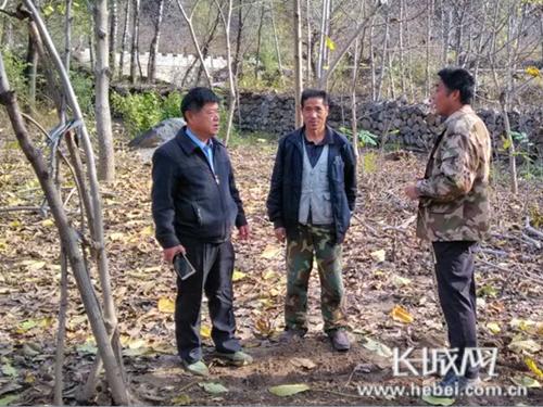 郭兴州生前向老百姓了解村里情况。图片由河北建工集团提供
