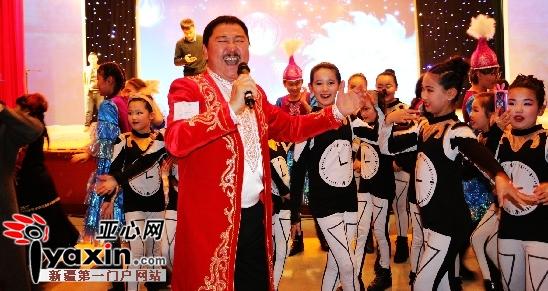 新疆托里县壹基金音乐教室启动仪式上哈萨克族表演《歌声和马》