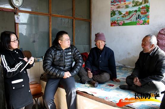 尚义红土梁镇长条沟村第一书记武向升入户调查。驻村工作组供图