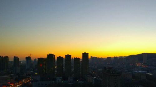 临近冬至,太阳和人一样犯懒晚出门.而一年中最短的一天就快来到了.图片