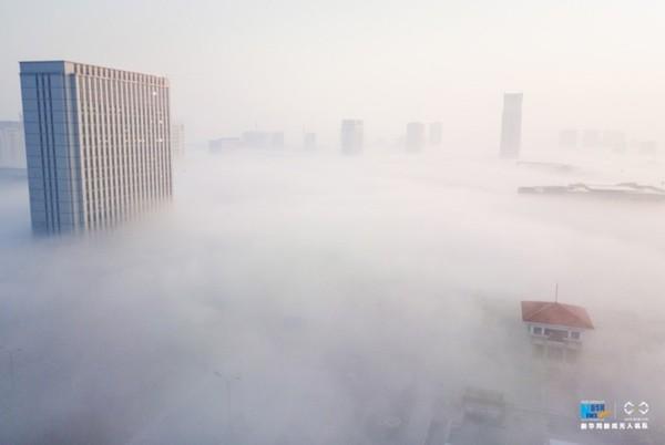 2016年12月19日,连云港市赣榆区出现大面积平流雾,整个城市弥漫在浓密