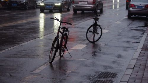 济南山师东路 破自行车占车位,不太雅观