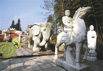 """""""活人墓""""里有石象、石马等雕像,另一边还建有石头塔,名为""""盛世塔"""",塔上还有李福坤的名字。"""