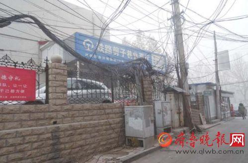 济南剪子巷空中线缆扭成团乱如麻 市民建议规范线路安装