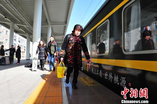 旅客依序登上K2615次列车。 罗胜圆 摄