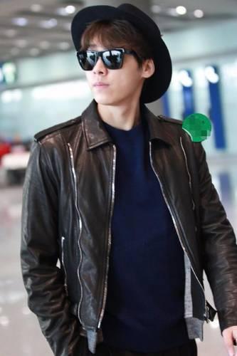 李易峰素颜机场现身,小圆帽太可爱吐舌卖萌还有谁!