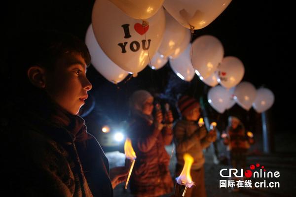 """当地时间2016年12月30日,叙利亚大马士革,民众释放""""我爱你""""图样气球纪念停战协议生效第一天。图片澳门威尼斯人招聘官网:视觉中国"""