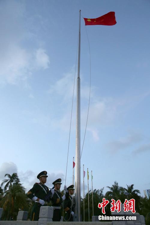三沙市在南海9岛礁及船舶举行元旦升旗仪式