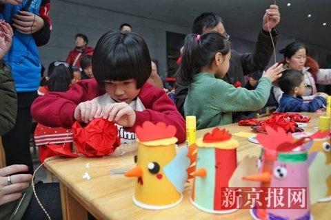 亲子家庭在制作红灯笼和吉祥纸杯鸡。