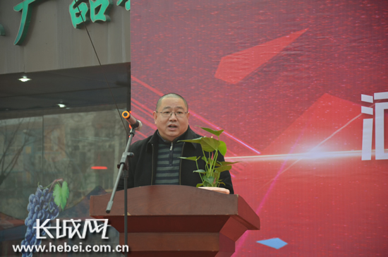 河北亚博农业科技有限公司总经理牛铁成宣布授权仪式开始。长城网 王潇 摄